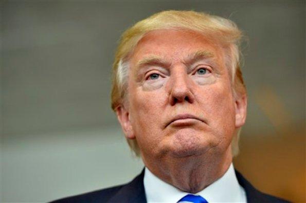 El precandidato presidencial republicano Donald Trump escucha durante una conferencia de prensa después de hablar en el Centro de Convenciones TD, el jueves 27 de agosto de 2015, en Greenville, South Carolina. (Foto AP/Richard Shiro)
