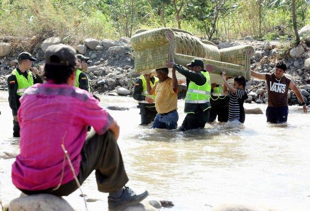Colombianos se regresan a su país (Foto EFE)