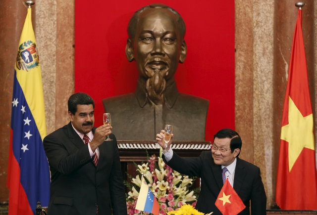 Venezuela's President Nicolas Maduro and his Vietnamese counterpart Truong Tan Sang raise the toast after a signing ceremony at the Presidential Palace in Hanoi, Vietnam