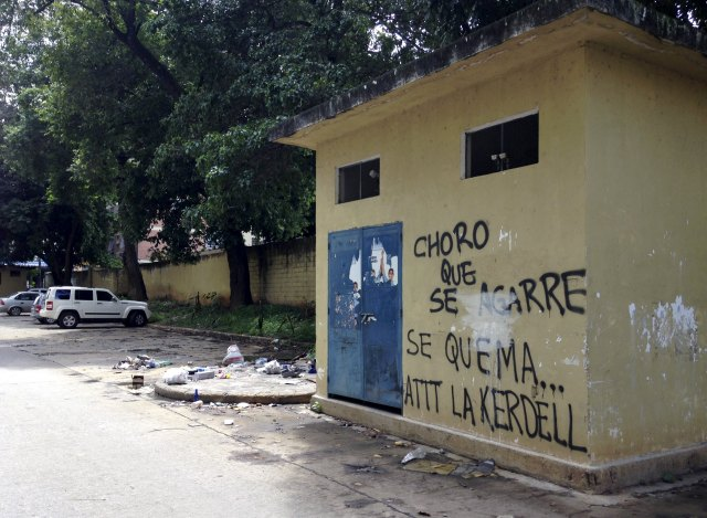 "A graffiti that reads ""Get ready, thief, here we burn you. Regards, Kerdell"" is seen at a residential block in Valencia, Venezuela, August 21, 2015. When a man they believed to be a thief sneaked into their parking lot in the Venezuelan city of Valencia, angry residents caught him, stripped him and beat him with fists, sticks and stones. They tied him up and doused him in gasoline, according to witnesses, in one of what rights groups and media reports say are an increasing number of mob beatings and lynchings in a country ravaged by crime. Picture taken on August 21, 2015. REUTERS/Alexandra Ulmer"