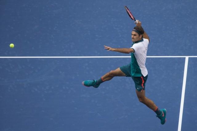 El suizo Federer salta y se prepara para golpear la pelota ante Mayer de Argentina durante la primera ronda del Abierto de tenis de Estados Unidos en Nueva York. 1 de septiembre, 2015. Reuters
