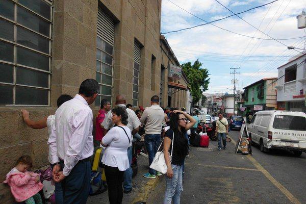 Los viajeros con pasaporte pudieron cruzar de nuevo la frontera este lunes. (Foto/ José G. Hernández)
