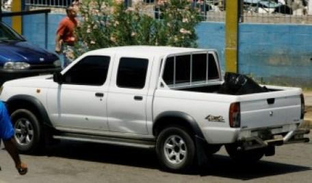 Alimento dañado fue sacado de hospital en una camioneta Foto: Lenín Núñez