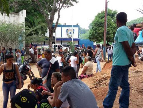 Los familiares de los occisos protestaron a las afueras de la morgue (Foto El Periodiquito)