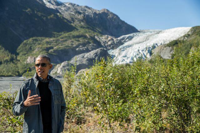 El presidente Barack Obama habla con la prensa mientras camina hacia el glaciar Exit en Seward, Alaska, el martes 1 de septiembre de 2015. De acuerdo a una investigación del Servicio de Parques Nacionales, el glaciar se ha contraido casi 2 kilómetros (1,25 millas) en los últimos 200 años. Obama realiza una histórica gira de 3 días por Alaska con la intención de mostrar solidaridad con un estado a menudo pasado por alto por Washington, mientras utiliza su majestuoso pero deteriorado paisaje para hacer un llamado a combatir el cambio climático. (Foto AP/Andrew Harnik)
