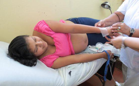 Una joven embarazada recibe atención en un centro de salud de Nicaragua. / CYNTHIA FLORES MORA / BANCO MUNDIAL