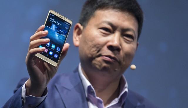 El presidente ejecutivo de Huawei, Richard Yu, presenta el nuevo teléfono de la compañía, el Mate S, en una feria tecnológica en Berlín, sep 2, 2015. REUTERS/Hannibal Hanschke