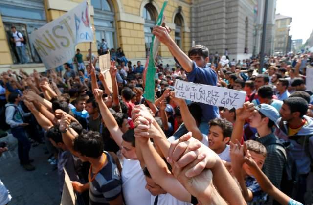 Migrantes protestan frente a estación de tren en Budapest REUTERS/Laszlo Balogh