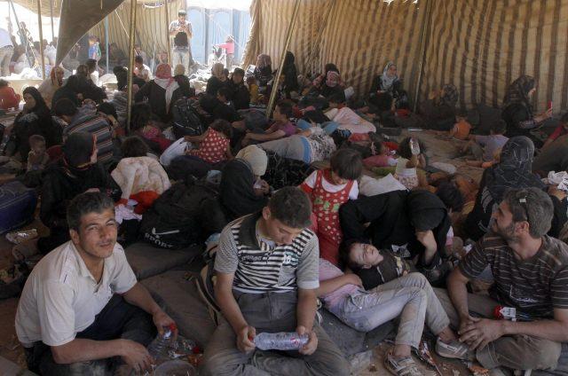JNS08. MAFRAQ (JORDANIA), 27/08/2012.- Refugiados sirios descansan a su llegada al campo de refugiados de Mafraq, Jordania, hoy, lunes 27 de agosto de 2012. El Gobierno jordano alertó ayer sobre la afluencia cada vez mayor de refugiados sirios a Jordania, que supera la capacidad de este país para atenderlos, después de que cruzaran la frontera más de 4.600 sirios en las últimas 48 horas.EFE/Jamal Nasrallah
