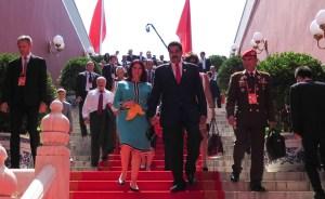 Resumen real de la gira presidencial por Asia… un viaje en familia para endeudarnos con glamour Chanel