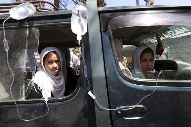 Escolares afganas reciben tratamiento médico en un hospital local tras sufrir síntomas de envenenamiento en Herat, Afaganistán, hoy 7 de septiembre de 2015. Según fuentes locales más de trescientas escolares de tres escuelas distintas enfermaron por un supuesto envenenamiento de gas, el tercero en una semana. Las autoridades están investigando si ha sido deliberado y causado por simpatizantes de los talibanes que se openen a la escolarización de las niñas. EFE/JALIL REZAYEE