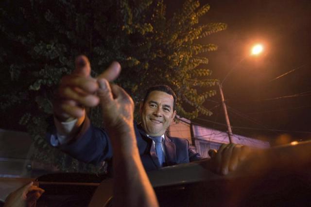 El candidato presidencial Jimmy Morales, del Frente de Convergencia Nacional (FCN), que se perfila como ganador de las elecciones celebradas este domingo en Guatemala, saluda a simpatizantes durante una breve aparición en la sede de la partido. Con un 61,03 por ciento de las mesas contabilizadas (11.460 de las 19.582 existentes), Morales, de 46 años, suma más ventaja en su carrera por alcanzar la Presidencia y ya alcanza el 26,63 por ciento del apoyo electoral (801.702 votos). EFE/Santiago Billy
