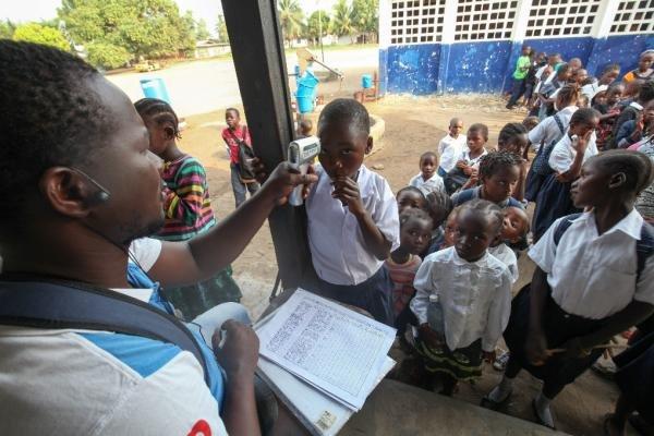 Toma de temperatura a niños en Monrovia para detectar posibles casos de ébola. EFE