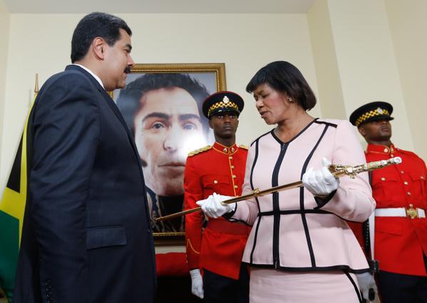Maduro entregó réplica de la Espada del Libertador al pueblo jamaiquino