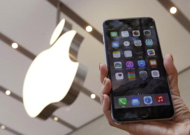 Una mujer sostiene un teléfono iPhone 6 plus en una tienda de Apple en Tokio, sep 19 2014. Apple Inc ha hecho un llamado para revisar un número limitado de teléfonos iPhone 6 Plus, debido a un problema con sus cámaras traseras, que toman fotografías borrosas. / REUTERS
