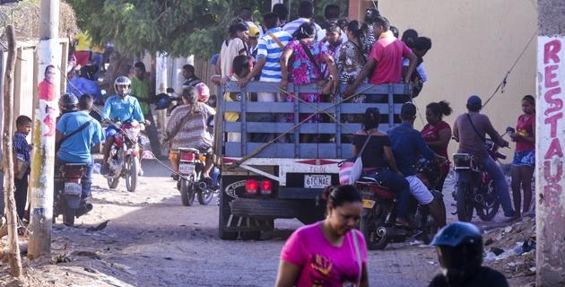 Decenas de wayuu, como estos de la foto, se desplazaron ayer por trochas pese a que por una tradición ancestral pueden desplazarse de un lado a otro sin mostrar documentos
