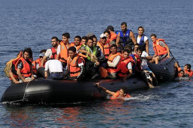 Varios refugiados sirios llegan en una lancha neumática a la costa de Mitilene, en la isla de Lesbos, Grecia, hoy 10 de septiembre de 2015. Alrededor de 3.000 refugiados procedentes de Turquía desembarcan a diario en Lesbos, una escala más de su larga travesía hacia países del norte y centro de Europa. EFE/ORESTIS PANAGIOTOU