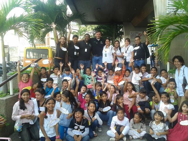 Junto a Niños saliendo en sede de la Alcaldía