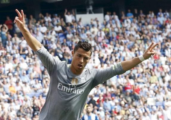 El delantero del Real Madrid Cristiano Ronaldo celebra un gol contra el Espanyol durante su partido por la Liga española, en Cornella de Llobregat, cerca de Barcelona, el 12 de septiembre de 2015. Ronaldo puso fin el sábado a lo grande a su sequía goleadora de inicio de temporada cuando marcó cinco goles en la victoria por 6-0 contra el Espanyol, convirtiéndose en el máximo goleador del club en la Liga. REUTERS/Albert Gea - RTSRLJ