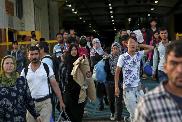 Refugiados sirios llegan en ferry al puerto griego del Pireo, procedentes de Lesbos (Reuters).