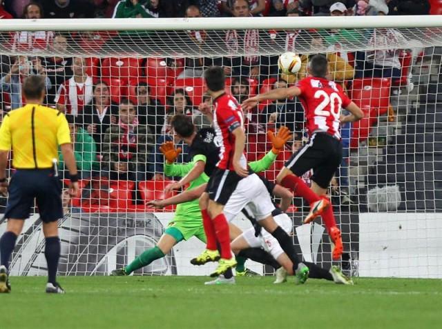 El delantero del Athletic de Bilbao Aduriz (d) marca el segundo gol ante el Augsburgo, durante el partido de la primera jornada de la fase de grupos de la Liga Europa que disputan esta noche en el estadio de San Mamés, en Bilbao. EFE/Luis Tejido