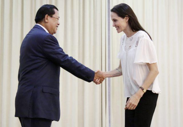"""La actriz estadounidense Angelina Jolie (d) es recibida por el primer ministro camboyano, Hun Sen, en Phnom Penh (Camboya) hoy, 17 de septiembre de 2015. Jolie dirigirá la adaptación al cine del libro """"Primero mataron a mi padre: una hija de Camboya recuerda"""", que cuenta las memorias del holocausto que vivió el país en la década de 1970 bajo el régimen comunista del Jmer Rojo, al que se atribuyen las muertes de 1.7 millones de personas. EFE/Mak Remissa"""