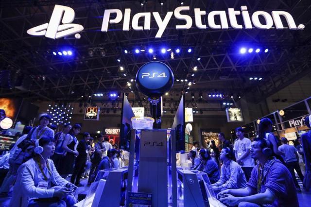 Visitantes jugan con consolas Sony PlayStation PS4 durante la Tokyo Game Show 2015, en Tokio (Japón), hoy, 17 de septiembre de 2015. La Tokyo Game Show 2015, una de las mayores ferias internacionales de videojuegos, arrancó hoy con la presencia récord de 480 compañías de todo el mundo. EFE/Christopher Jue