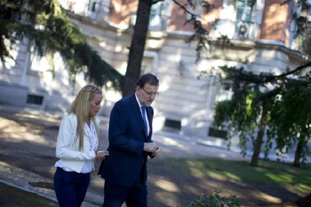 El presidente del Gobierno español, Mariano Rajoy, pasea por los jardines de La Moncloa con Lilian Tintori, esposa del opositor venezolano Leopoldo López, condenado recientemente a más de trece años de prisión / Moncloa