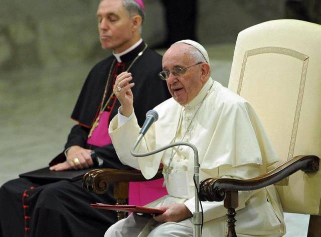 El papa Francisco durante una audiencia con participantes de la reunión internacional de jóvenes consagrados celebrada en el sala Pablo VI del Vaticano, en la Ciudad del Vaticano, hoy 17 de septiembre de 2015. EFE/Giorgio Onorati