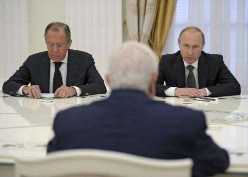 Foto: El presidente ruso Vladimir Putin, el ministro de exteriores ruso Sergei Lavrov  y el ministro de Exteriores sirio Walid al-Muallem de espaldas en una reunión en Moscú, en el Kremlin, 29 de junio de 2015. Los militares sirios han comenzado recientemente a emplear nuevos tipos de armas aéreas y terrestres suministradas por Rusia, dijo el jueves una fuente militar siria. / REUTERS