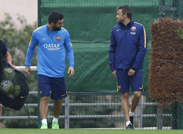 El jugador del FC Barcelona Arda Turan y el entrenador del equipo, Luis Enrique Martínez, durante el entrenamiento de la plantilla azulgrana en la ciudad deportiva Joan Gamper. EFE