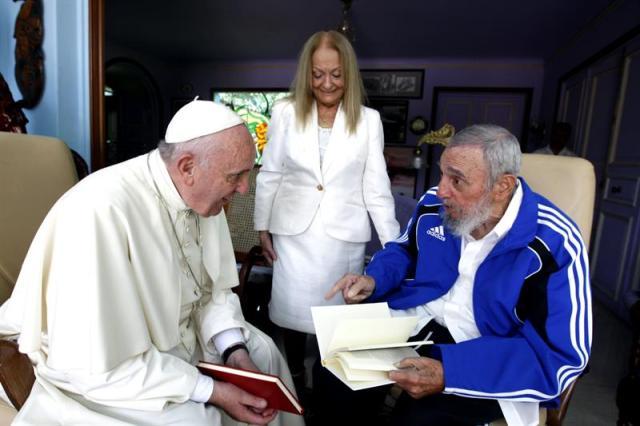 Fotografía facilitada por Cubadebate del encuentro que el papa Francisco y el expresidente cubano Fidel Castro, de 89 años y retirado del poder en 2006, celebraron ayer en La Habana (Cuba) después de que el pontífice oficiara una misa multitudinaria en la emblemática Plaza de la Revolución ante unas 200.000 personas, según datos oficiales. EFE/Alex Castro