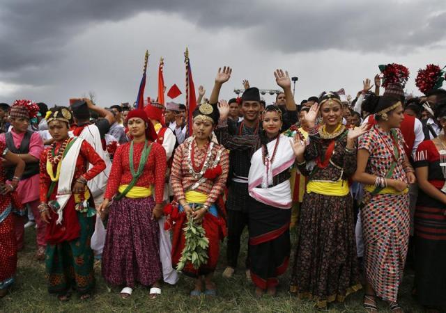 Nepalíes vestidos con trajes tradicionales celebran la promulgación de la Constitución, en Katmandú (Nepal), hoy, 21 de septiembre de 2015. Nepal aprobó ayer una Constitución que pone fin a un proceso que comenzó en 2008 con la abolición de la monarquía y que ha estado plagado de intentos fallidos y de una inestabilidad política que ha causado decenas de muertos. EFE/Narendra Shrestha