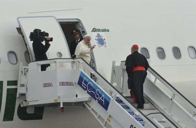 El papa Francisco parte desde La Habana hacia la provincia de Holguín hoy, lunes 21 de septiembre de 2015, como parte de su programa de actividades eclesiásticas en el marco de su visita a Cuba. EFE/Rolando Pujol