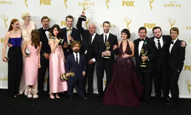 El equipo de ' Juego de tronos ' posa con sus premios. Fueron galardonados en la 67ª Edición de los premios Emmy celebrada en el Teatro Microsoft en Los Ángeles, California, EE.UU.  EFE/EPA/PAUL BUCK