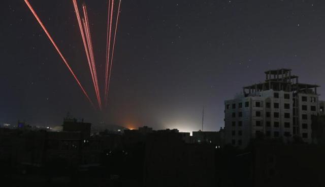 El cielo se ilumina durante los disparos antiaéreos contra un ataque aéreo de la coalición liderada por Arabia Saudí contra los hutíes en Saná (Yemen) hoy, 21 de septiembre de 2015. EFE/Yahya Arhab
