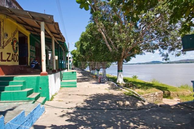 Pueblo de Casuarito, frente a Puerto Ayacucho, ambos con un gran comercio bilateral. Colombia 2012. (Jorge Luis Santos/Orinoquiaphoto)