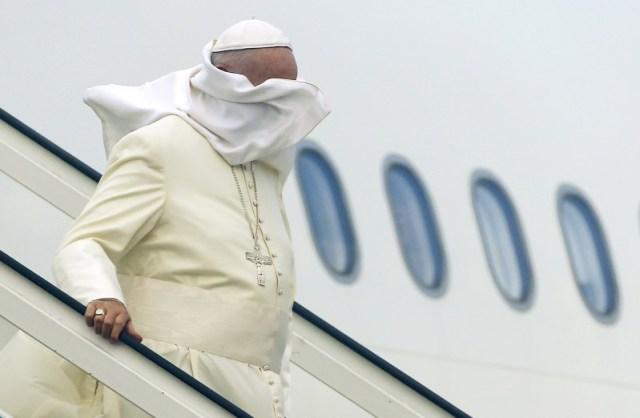 El viento vuela la vestimenta del Papa Francisco mientras está bajando del avión tras aterrizar en el aeropuerto de La Habana, 19 de septiembre de 2015. REUTERS/Tony Gentile
