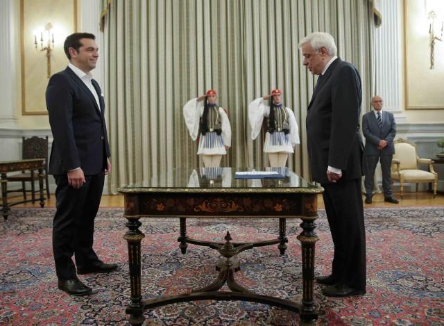El primer ministro griego, Alexis Tsipras, junto al presidente de Grecia, Prokopis Pavlopoulos. Reuters