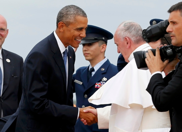 U.S. President Barack Obama (L) welcomes Pope Francis to the United States upon his arrival at Joint Base Andrews outside Washington September 22, 2015.   REUTERS/Jonathan Ernst (TPX IMAGES OF THE DAY)