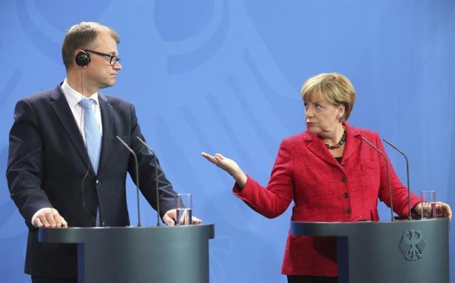 La canciller alemana, Angela Merkel, y el primer ministro de Finalndia, Juha Sipila, ofrecen una rueda de prensa tras la reunión mantenida en Berlín, Alemania, el 22 de septiembre del 2015. EFE/Wolfgang