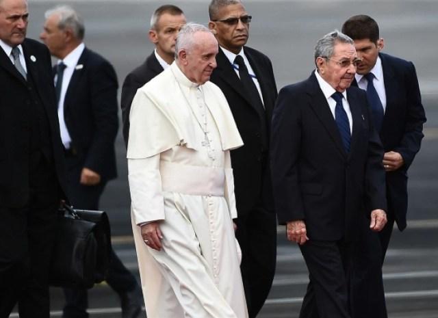 visita-papa-francisco-raul-castro-aeropuerto-cuba