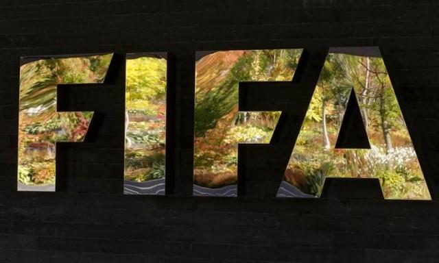 El logo de la FIFA en el frontis de su sede en Zúrich, Suiza. REUTERS/Arnd Wiegmann