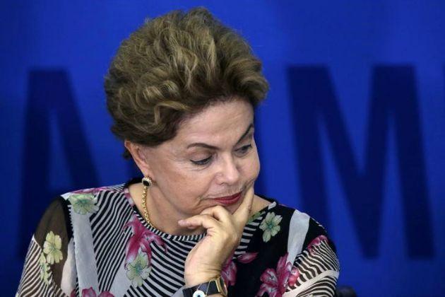La presidenta de Brasil, Dilma Rousseff, durante una ceremonia en el Palacio Planalto, en Brasilia, 15 de septiembre de 2015. La presidenta brasileña Dilma Rousseff ha tenido que negociar con los legisladores partes de las medidas de austeridad que había anunciado, lo que deja en duda que se puedan lograr los ahorros fiscales necesarios para equilibrar el presupuesto del país, reportó el jueves el diario Estado de S. Paulo. REUTERS/Ueslei Marcelino