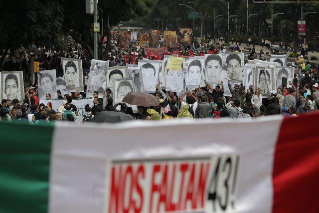 MEX07. CIUDAD DE MÉXICO (MÉXICO), 26/09/2015.- Miles de personas marchan con banderas y fotografías hoy, sábado 26 de septiembre de 2015, en calles de la Ciudad de México (México) para recordar el aniversario de la desaparición de 43 estudiantes de la Escuela Normal Rural de Ayotzinapa, que hace un año fueron secuestrados por policías corruptos del municipio mexicano de Iguala. La marcha que se está llevando a cabo en la capital mexicana, transcurre en calma y arrancó en torno a las 12:00 hora local (17.00 GMT) en las inmediaciones de la residencia presidencial de Los Pinos. EFE/Alex Cruz