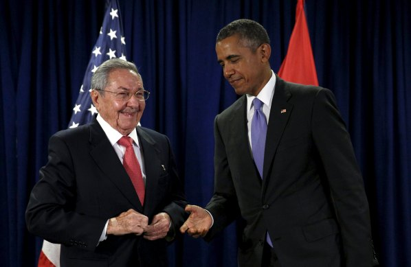 U.S. President Barack Obama extends his hand to Cuban President Raul Castro at the start of their meeting at the United Nations General Assembly in New York September 29, 2015.  REUTERS/Kevin Lamarque       TPX IMAGES OF THE DAY