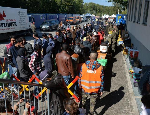 Refugiados esperan para cruzar la frontera austro-alemana, cerca de Freilassing (Alemania), hoy, 30 de septiembre de 2015. Según los datos facilitados por la Organización Internacional para las Migraciones, alrededor de 522.000 migrantes han cruzado el Mediterráneo este año. EFE/Barbara Gindl