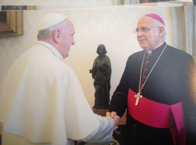 Monseñor Mario Moronta saluda al Papa Francisco