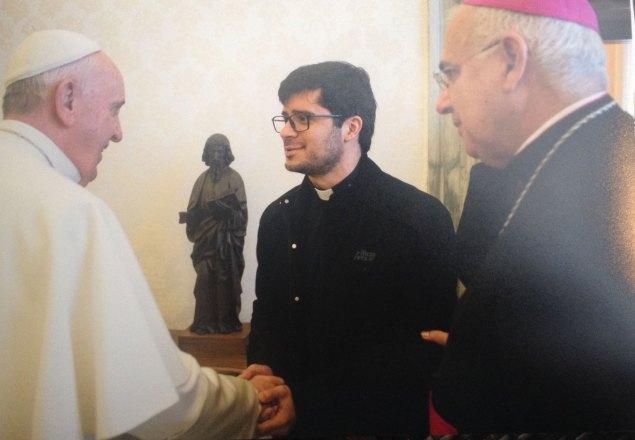 Monseñor Mario Moronta y el padre Edwin Contreras saludan al Papa Francisco