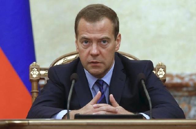 """El primer ministro ruso Dmitry Medvedev, dijo que los precios del petróleo se mantendrían en sus actuales niveles bajos por """"mucho tiempo"""". REUTERS/Dmitry Astakhov/RIA Novosti/Pool"""